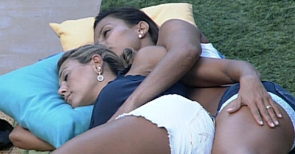 Fabiana e Kelly dormem de conchinha no futon (4/3/12)