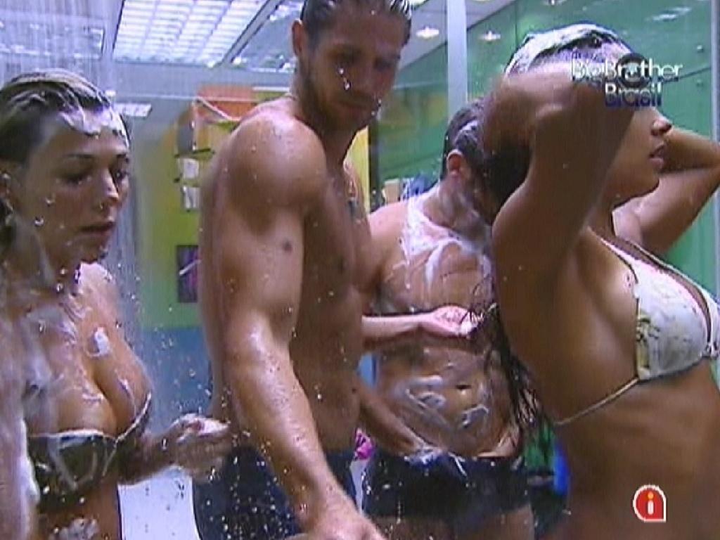 Fabiana, Kelly Jonas e Yuri tomam banho juntos para economizar água quente (4/3/12)