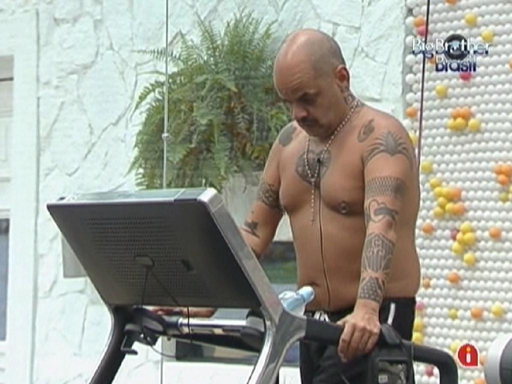 João Carvalho se exercita sozinho na academia na tarde deste domingo (4/3/12)