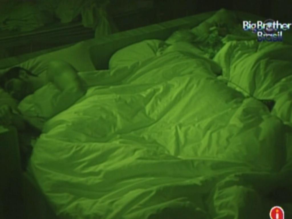 Yuri, Monique e Renata dormem no quarto do líder (4/3/12)