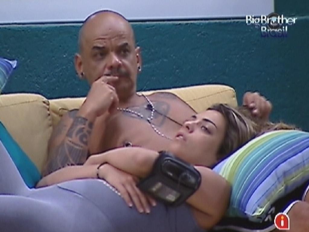 Deitada no colo de João Carvalho, Monique ouve o mineiro opinar sobre os finalistas do reality (5/3/12)