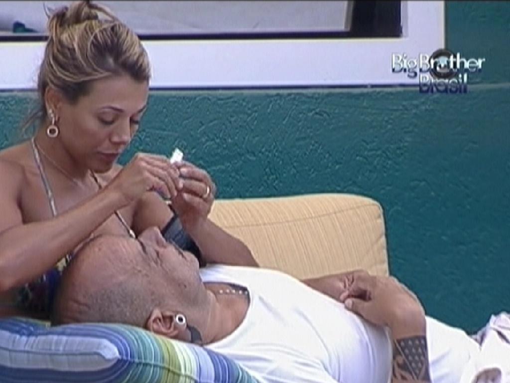 Fabiana tira a sobrancelha de João Carvalho (5/3/12)