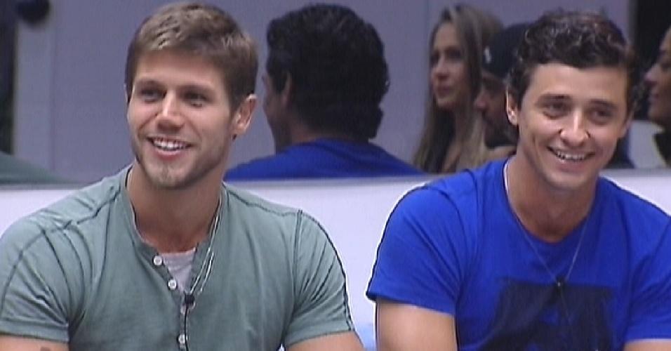 Jonas e Fael riem quando Pedro Bial dá bronca nas meninas por não terem aproveitado compras da semana (5/3/12)