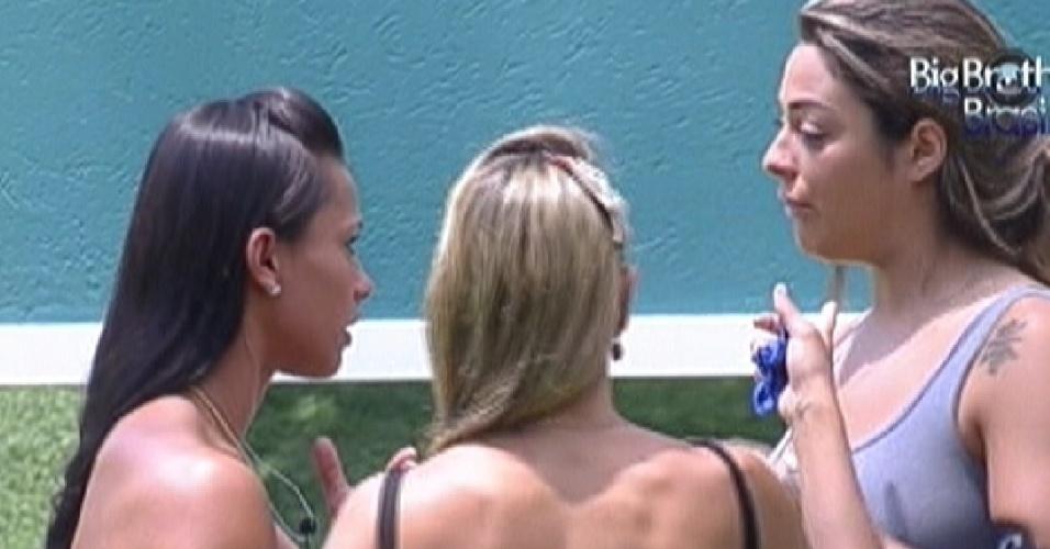 Kelly, Fabiana e Monique decidem levar eletrônicos nas compas (5/3/12)