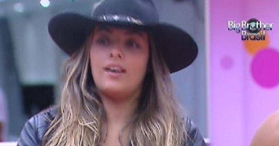 Monique usa chapéu de Fael (5/3/12)