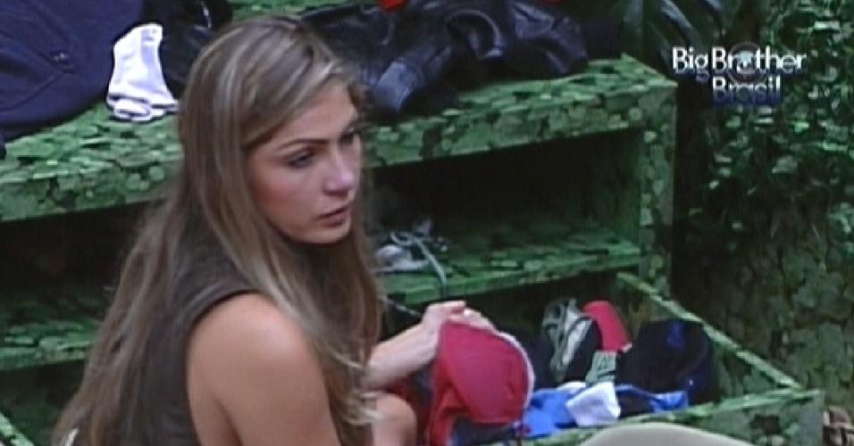 Renata arruma sua suas coisas enquanto conversa com Yuri no quarto Selva (5/3/12)