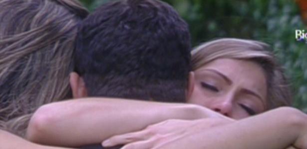 Renata recebe abraço de Monique e Yuri após ser emparedada (4/3/12)
