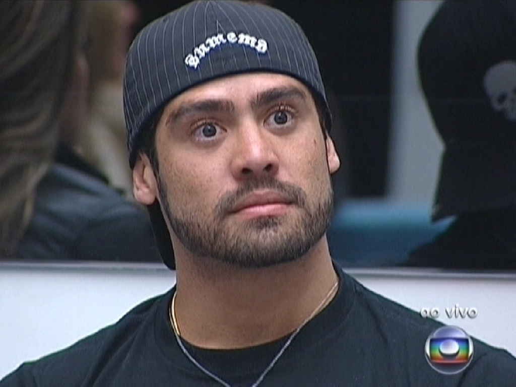 Yuri ficou tenso com a pergunta de Bial a João Carvalho sobre a justificativa do líder ao indicar o mineiro (5/3/12)