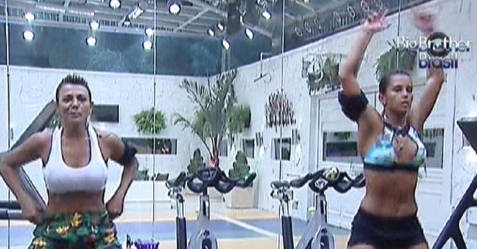 Fabiana (esq.) e Kelly (dir.) fazem exercícios na academia (6/3/12)