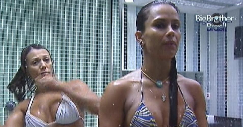 Fabiana (esq.) e Kelly (dir.) tomam banho juntas (6/3/12)