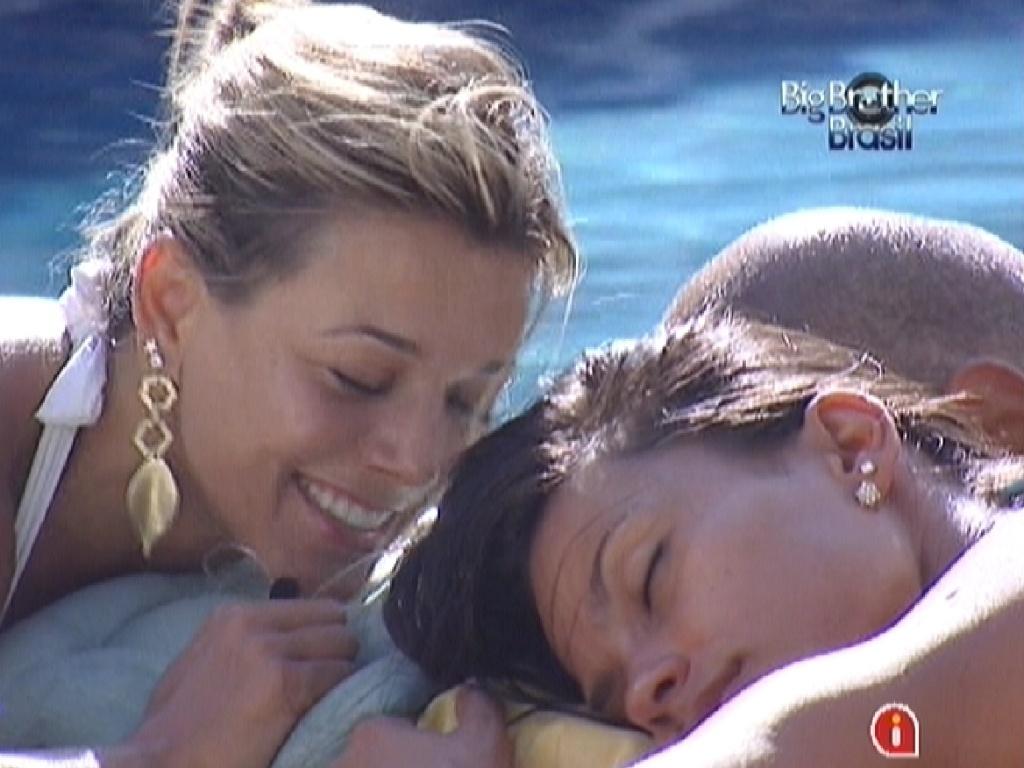 Fabiana (esq.) e Kelly (dir.) tomam sol juntas na beira da piscina (6/3/12)