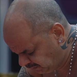 João Carvalho chora pela mãe enquanto cozinha (6/3/12)