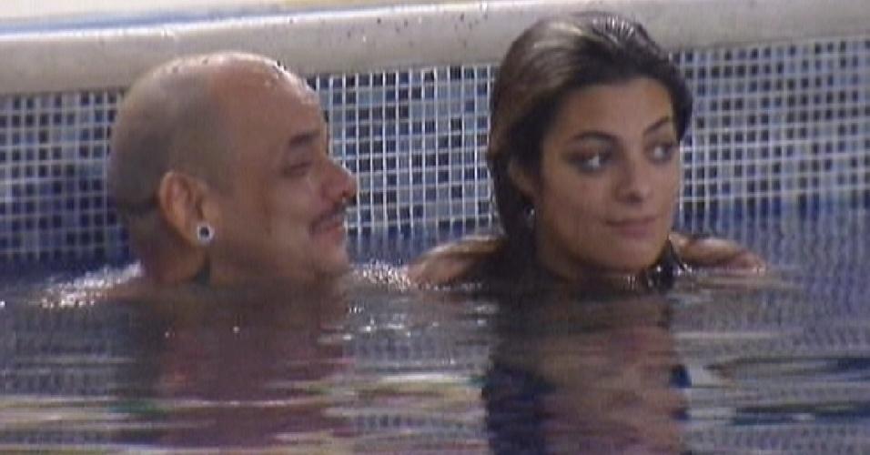 João Carvalho e Monique aproveitam a piscina no início da noite desta terça-feira (6/3/12)