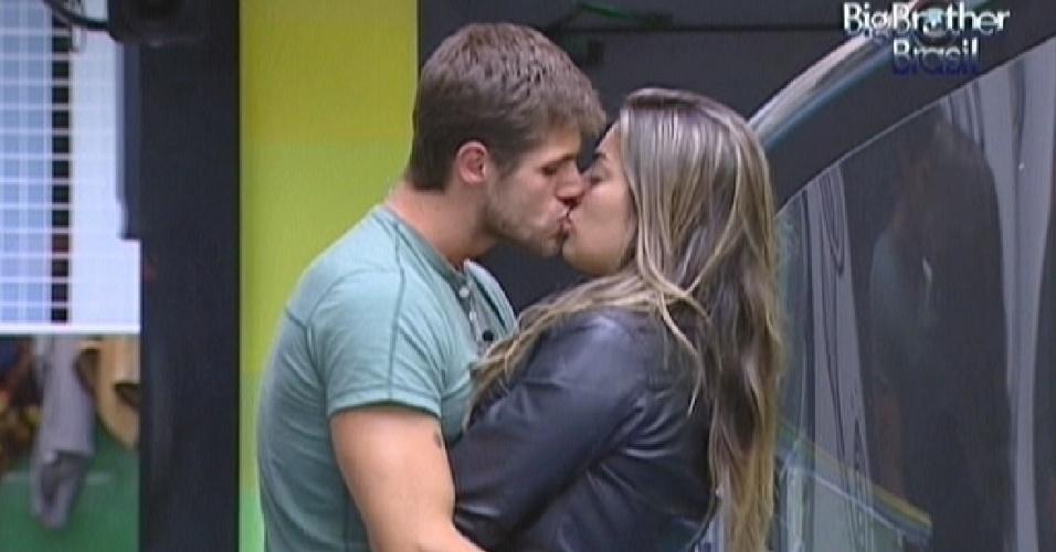 Jonas e Monique se beijam na noite desta segunda-feira (5)