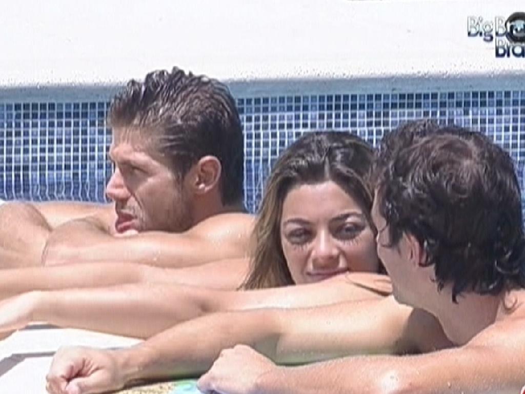 Jonas, Monique e Fael conversam na piscina (6/3/12)