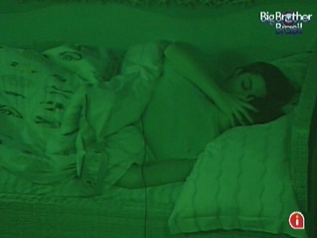 Monique e Jonas dormem juntos no quarto Praia (5/3/12)