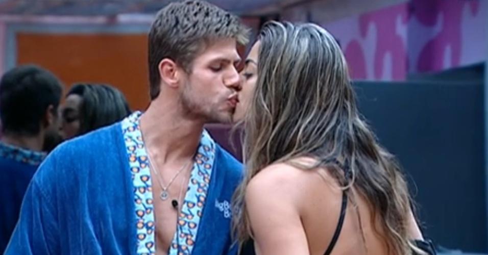 Monique rouba beijo de Jonas na cozinha (6/3/12)
