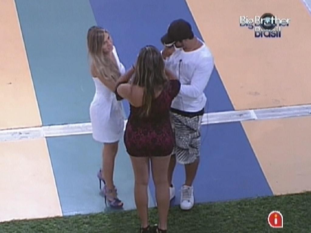 Renata (esq.), Monique (de costas) e Yuri se reúnem antes do paredão e prometem manter grupo Selva unido (6/3/12)