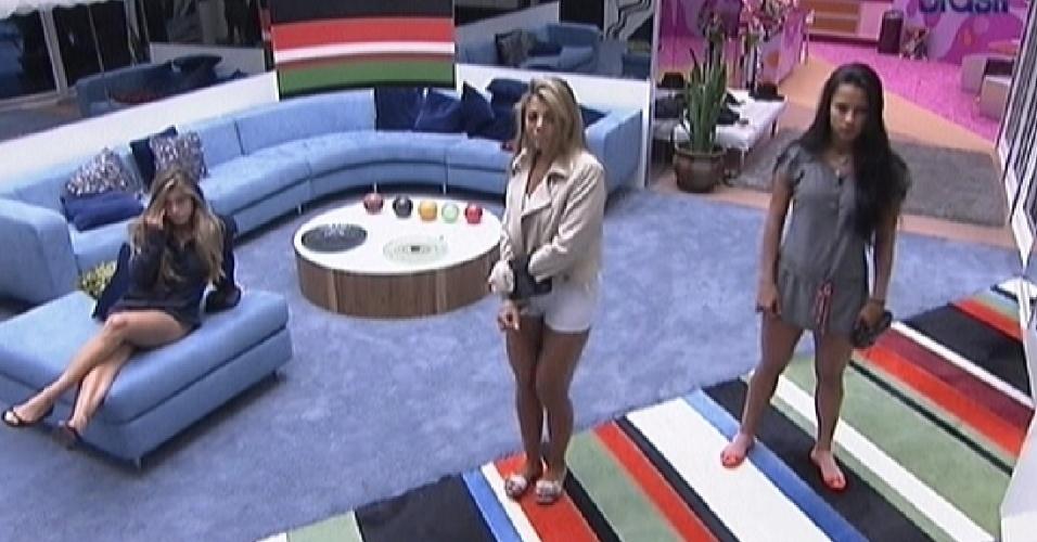 Renata, Fabiana e Kelly assistem aos videoclipes na sala (6/3/12)