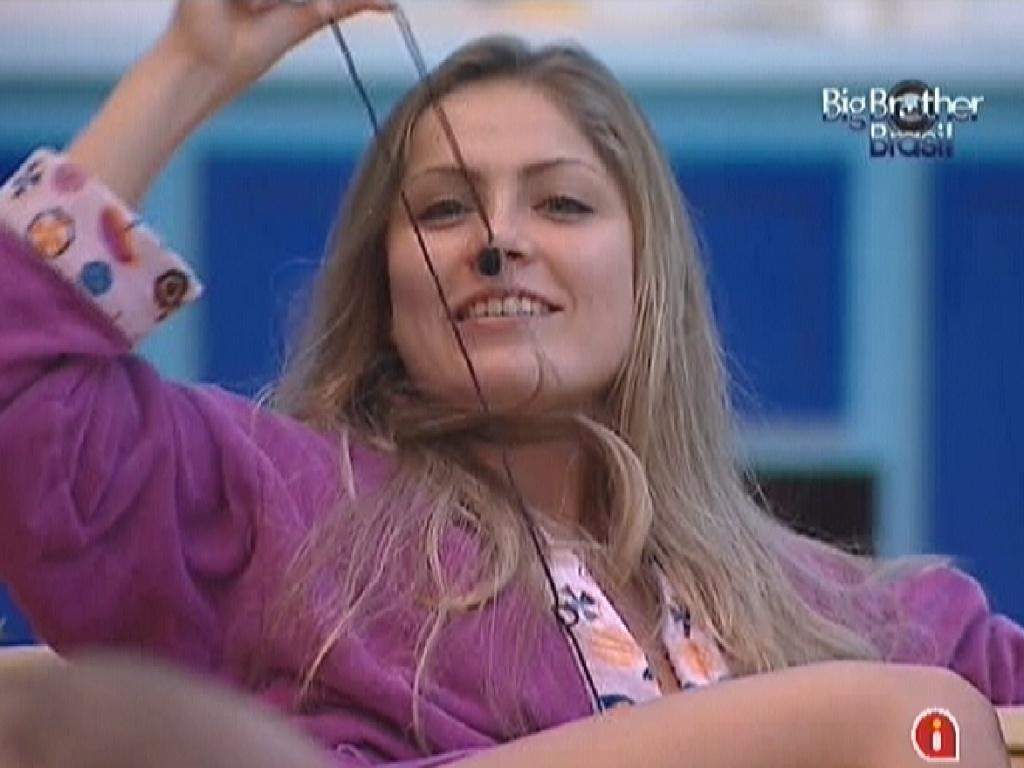 Renata mostra o microfone para João Carvalho e o provoca dizendo que ele será eliminado nesta noite (6/3/12)