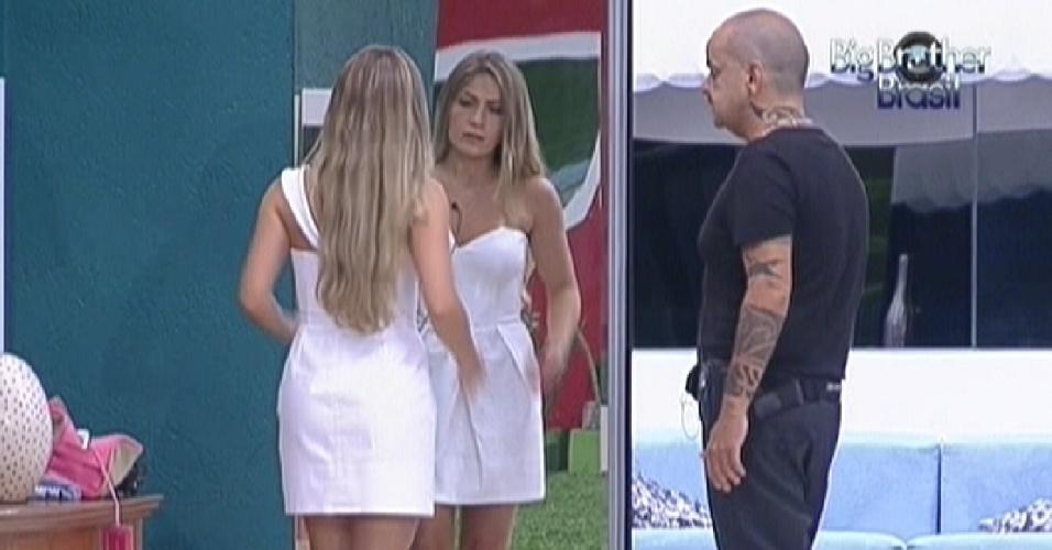Renata se olha no espelho e pede opinião para João Carvalho sobre sua roupa (6/3/12)