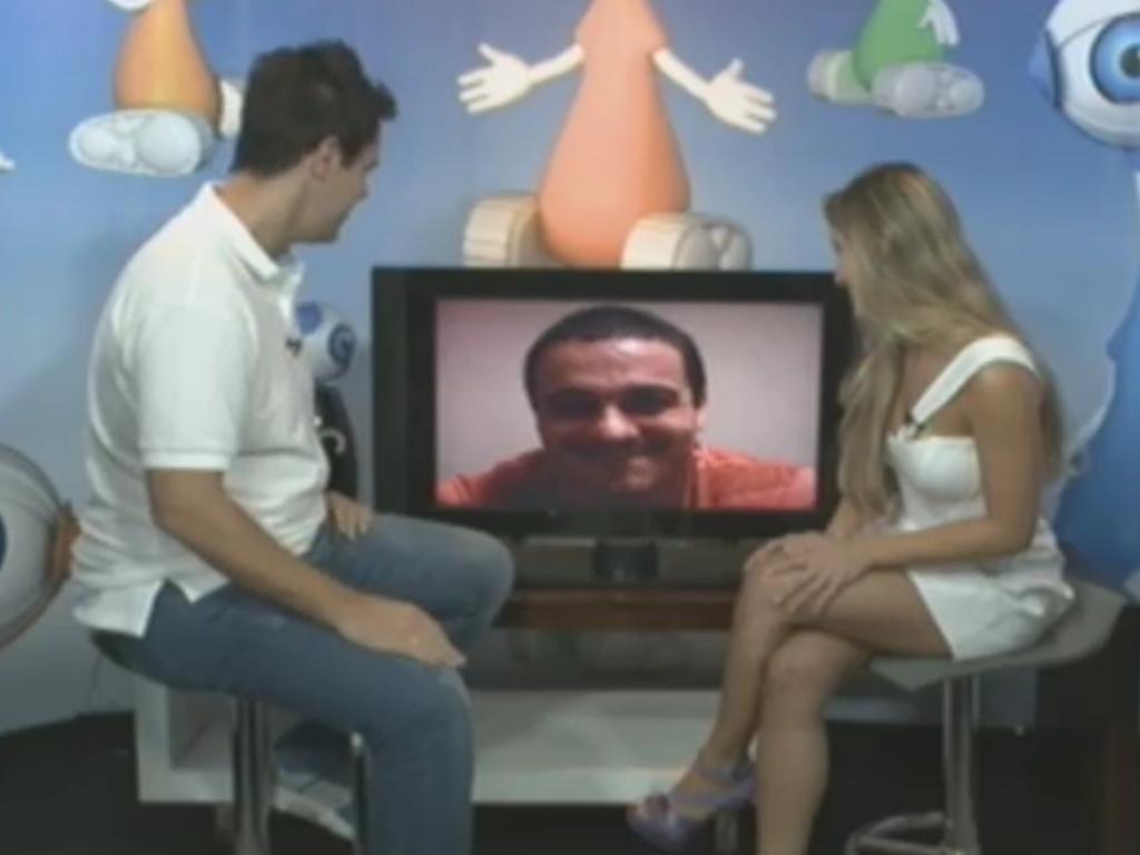 Acompanhada de Vinícius Valverde (esq.), Renata fala com Rafa por vídeo após sua eliminação (7/3/12)