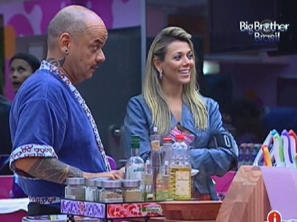 Almoço fica pronto e João Carvalho é o primeiro a se servir (7/3/12)