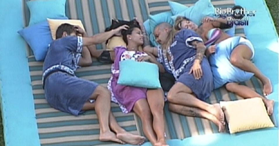 Deitados na área externa da casa, Jonas, Kelly, João Carvalho e Fabiana fazem cafuné uns nos outros (7/3/12)'