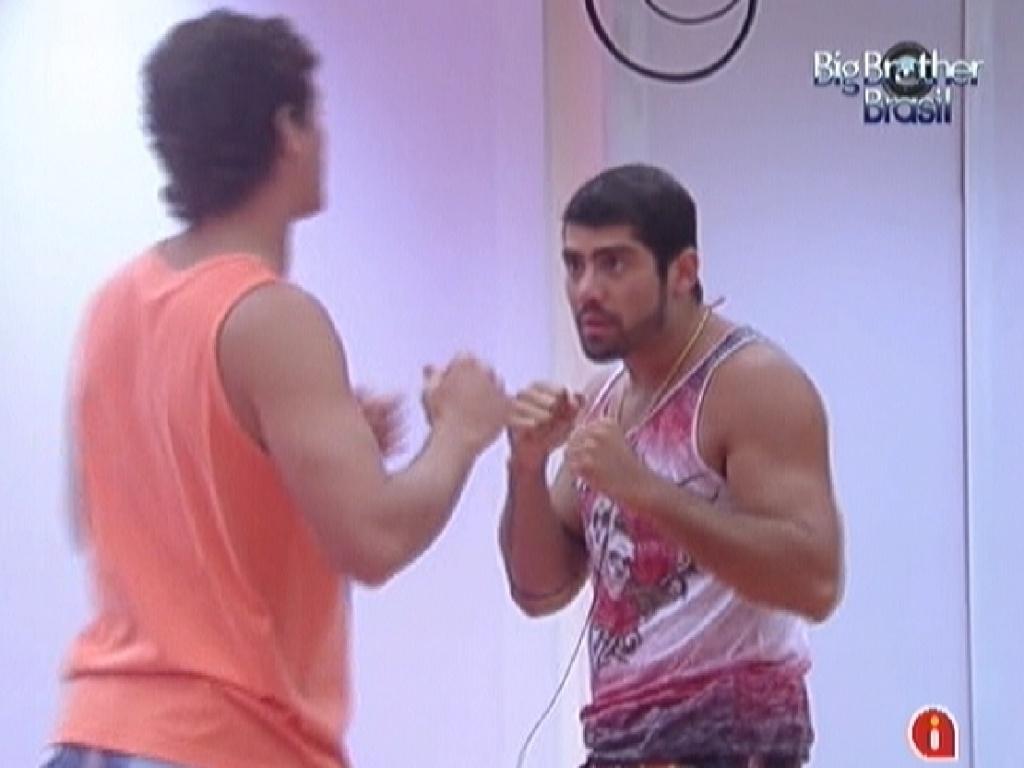 Fael (de costas) e Yuri brincam de luta antes da festa desta quarta-feira (7/3/12)