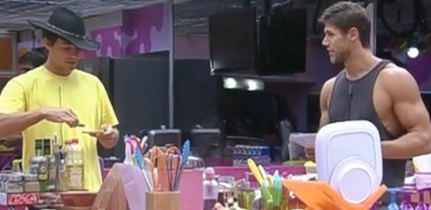 Fael e Jonas discutem por causa da limpeza da cozinha (7/3/12)