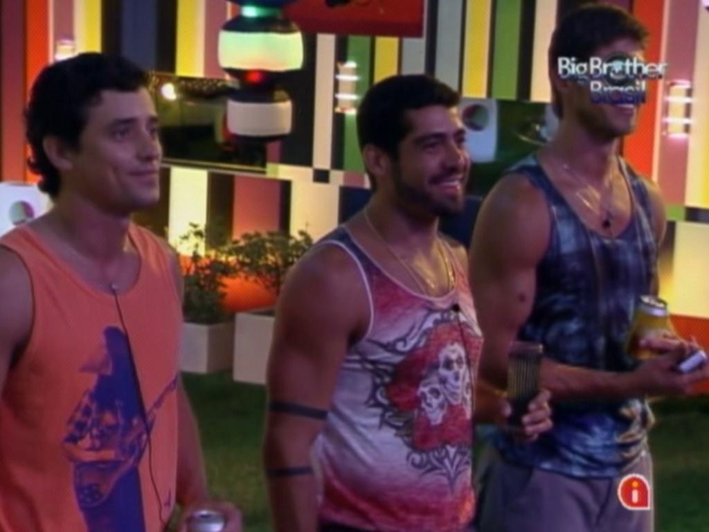 Fael, Yuri e Jonas (dir.) ouvem discurso de Rogério Flausino, vocalista do Jota Quest, na festa (7/3/12)