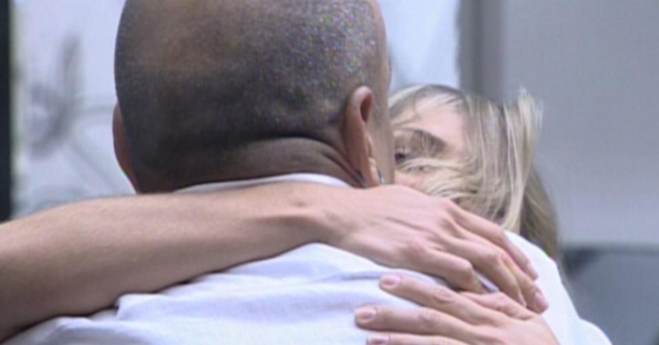 João Carvalho abraça Renata após resultado (7/3/12)