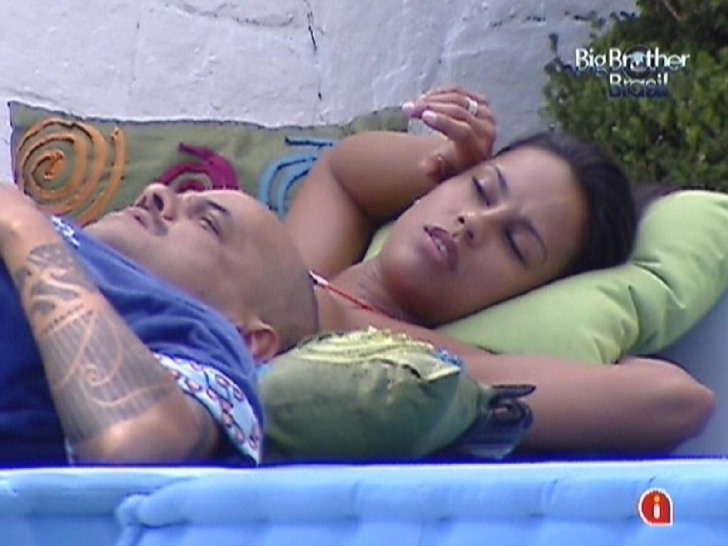 João Carvalho e Kelly descansam no futon (7/3/12)