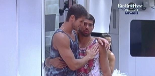 Jonas (esq.) e Yuri (dir.) se abraçam e fazem as pazes após desentendimento durante a tarde (7/3/12)