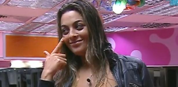 Monique brinca com espinha em seu rosto e diz para João Carvalho que vai chamá-la de Sophie (7/3/12)