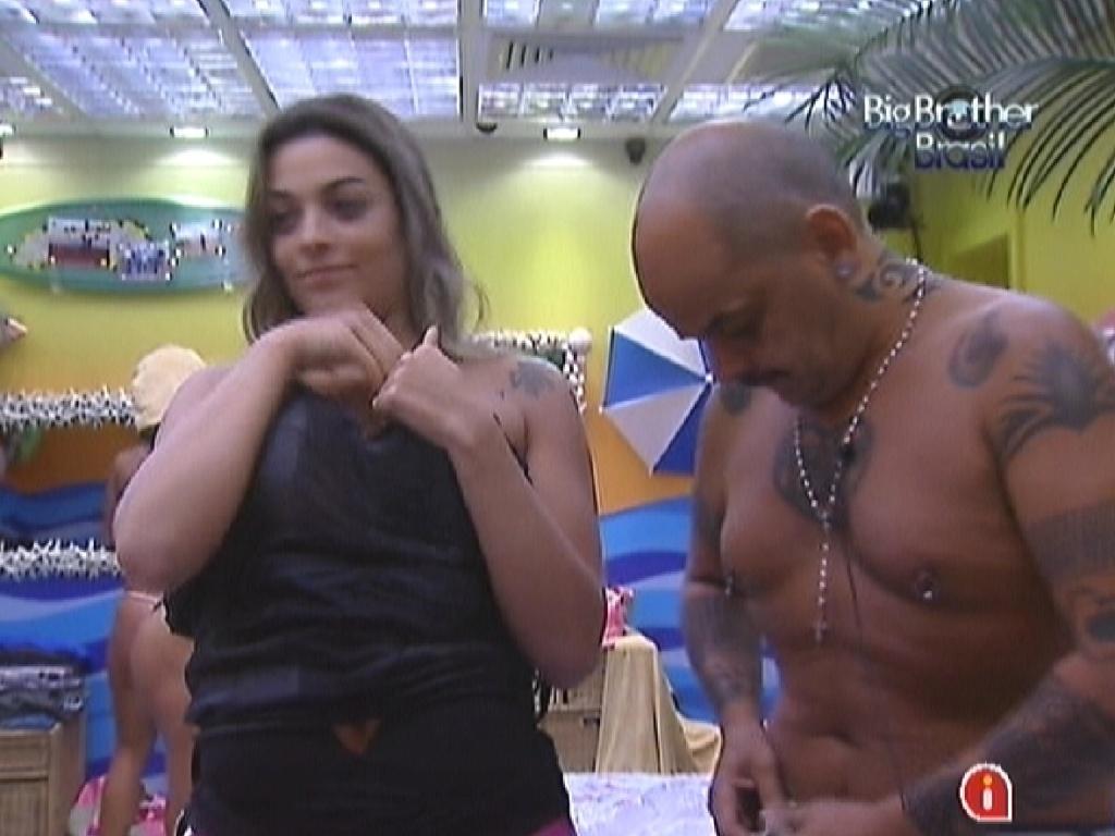 Monique e João Carvalho se arrumam para a festa desta quarta-feira (7/3/12)