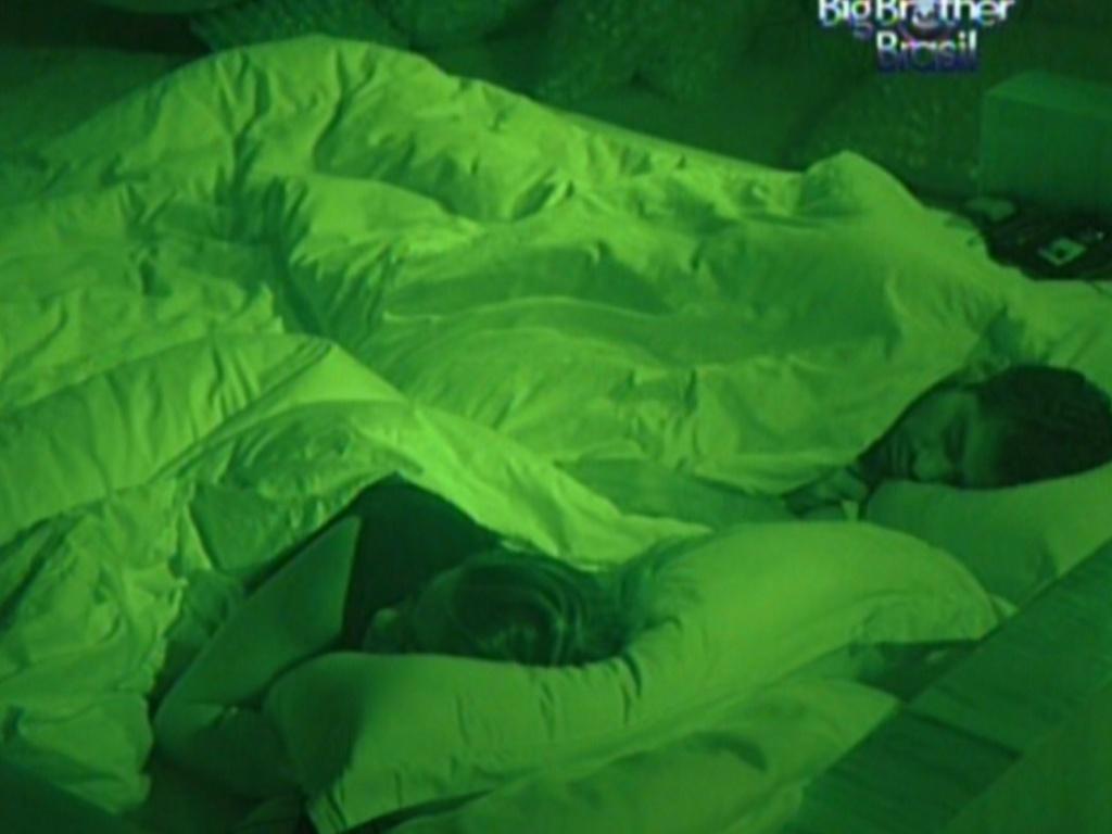 Monique e Yuri dormem no quarto do líder (7/3/12)