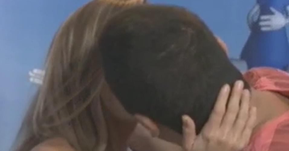 Renata e Rafa se reencontram e se beijam após eliminação da sister (7/3/12)