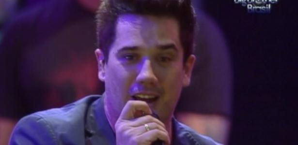 "Rogério Flausino canta durante show do Jota Quest na festa do ""BBB12"" (7/3/12)"