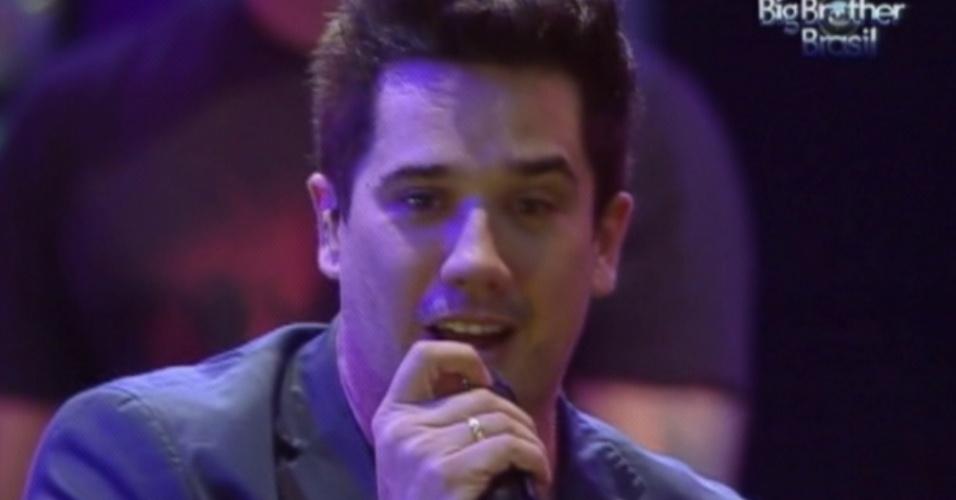 Rogério Flausino canta durante show do Jota Quest na festa do