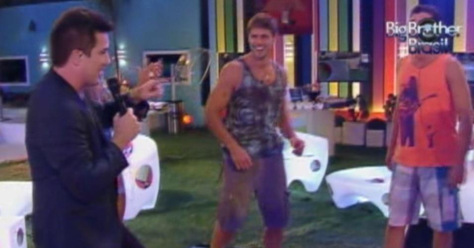 Rogério Flausino (esq.) canta ao lado de Jonas (ao centro) e Fael na festa Pop Brasil do