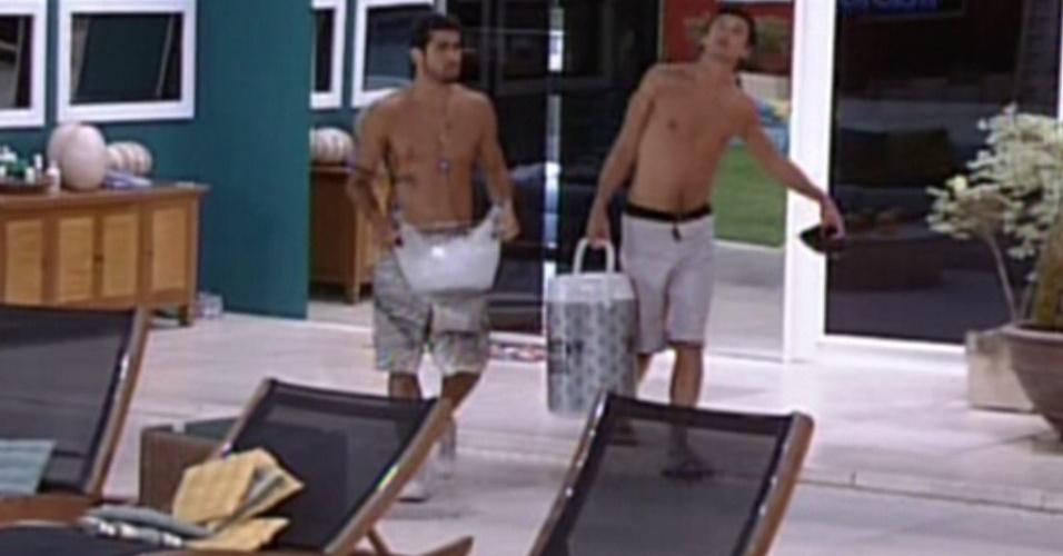 Yuri e Fael carregam as bebidas para a área externa da casa (7/3/12)