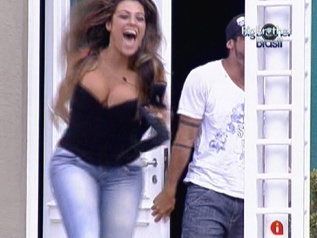 Yuri e Monique voltam para casa após viagem para Recife (7/3/12)