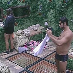 Em conversa com Monique, Yuri cogita a possibilidade de dar o colar do anjo para Jonas ou João Carvalho (8/3/12)