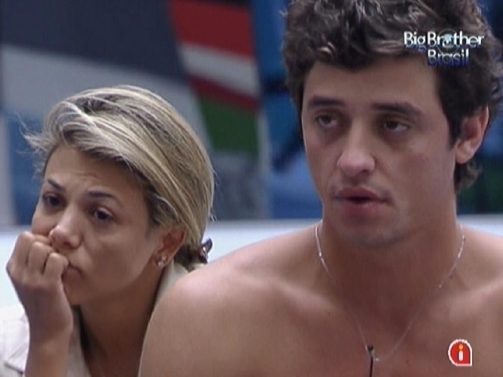 Fabiana e Fael assistem na sala aos clipes das músicas do toque de despertar (8/3/12)