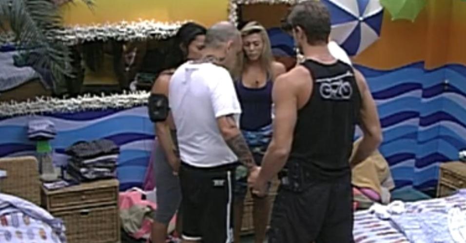 Integrantes do quarto Praia se reúnem para fazer oração antes da prova do líder (8/3/12)