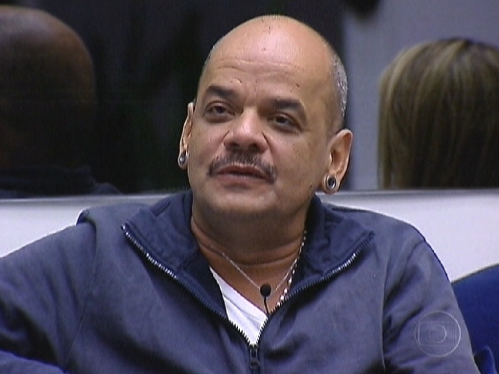 João Carvalho é parabenizado por Pedro Bial por ter sobrevivido ao segundo paredão (8/3/12)