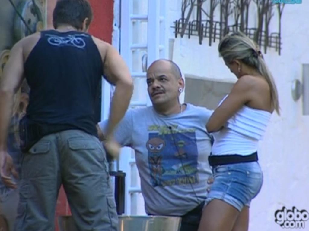 Jonas (de costas), João Carvalho (centro) e Fabiana conversam sobre a prova do líder desta quinta-feira (8/3/12)