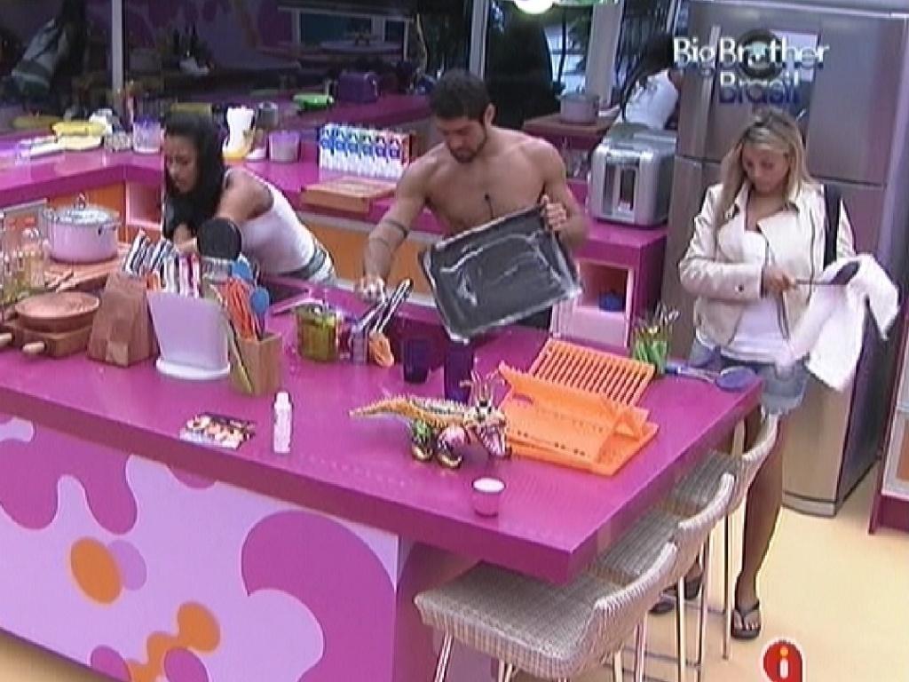 Kelly, Yuri e Fabiana limpam a cozinha depois do almoço (8/3/12)