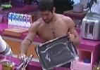 """Veja fotos dos brothers limpando ou fazendo a faxina no """"BBB12"""" - Reprodução/TV Globo"""